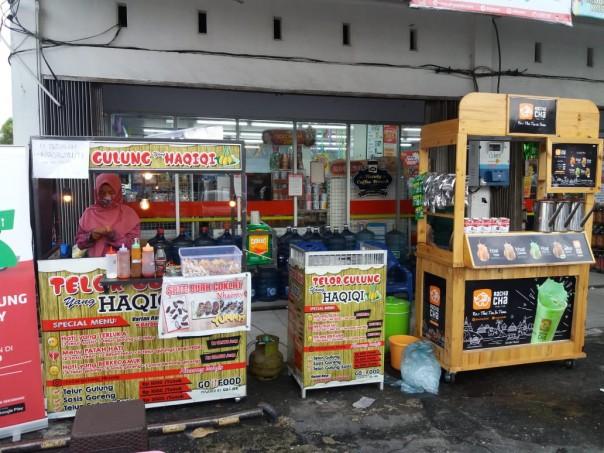 Tenan-tenan di depan toko Alfamart Jalan Adisucipto Pekanbaru