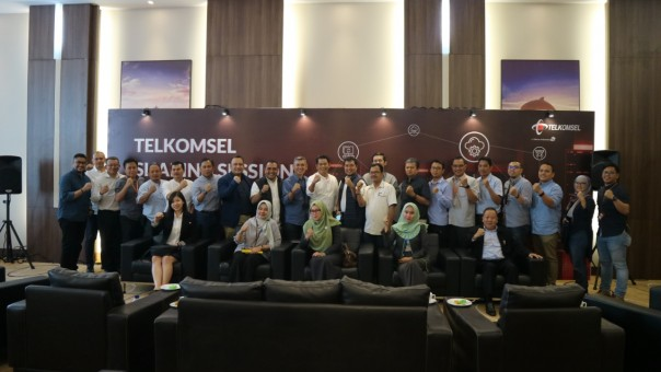 Jajaran Management Telkomsel bersama para pelanggan korporasi dalam acara Telkomsel Sharing Session di Batam hari ini (21/8/2019). /istimewa.