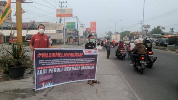 Tim MRI Riau dan ACT Riau bagikan masker pada Selasa (10/9/2019) di Jalan HR Soebrantas Pekanbaru.