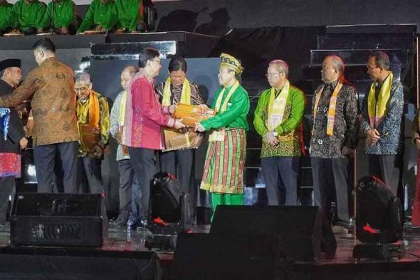 Gubernur Riau menerima enam sertifikat WBTB